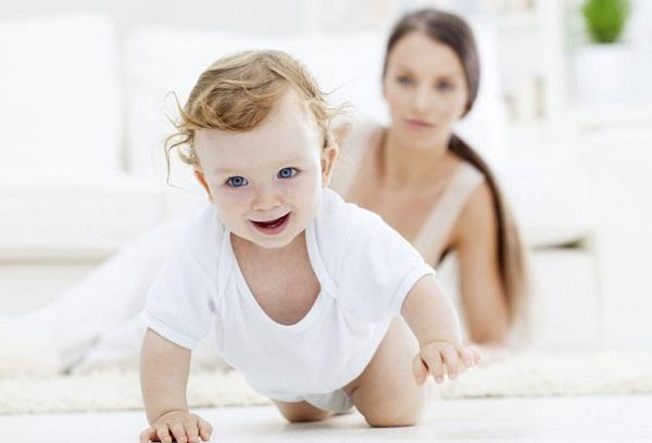 мама учит ребенка ползать