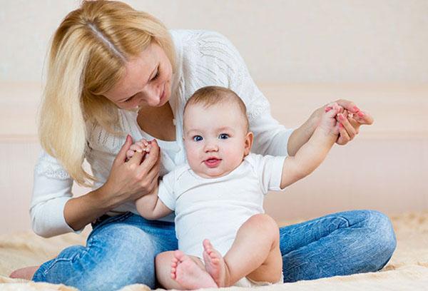 Мама помогает малышу сесть