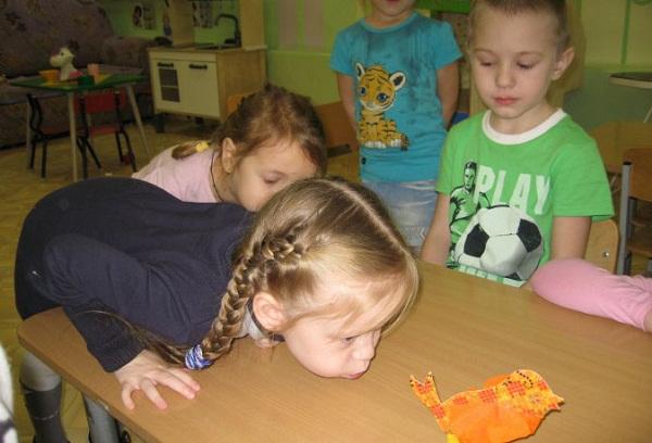 дети делают дыхательные упражнения