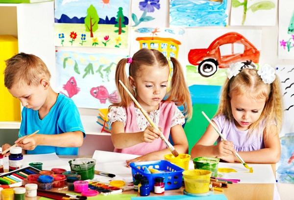 девочки рисуют