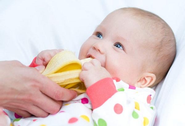 грудничок ест банан