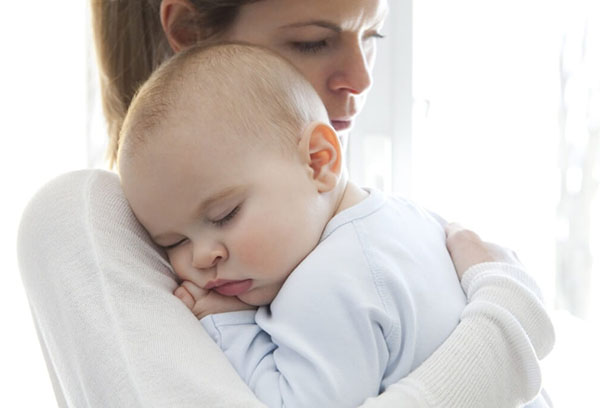 Ребенок спит ан руках у мамы