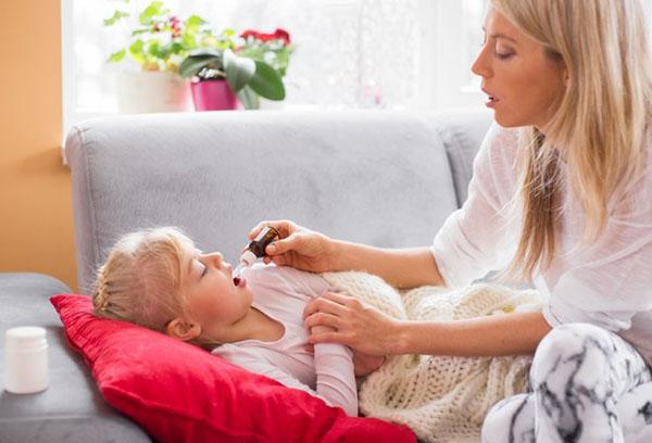 Мама дает лекарство ребенку