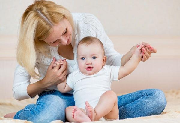 мама учит ребенка сидеть