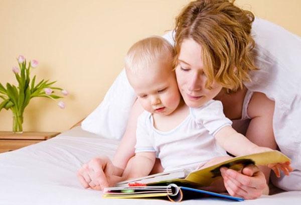 Мама с ребенком рассматривают книжку