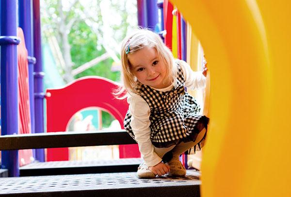 Девочка играет