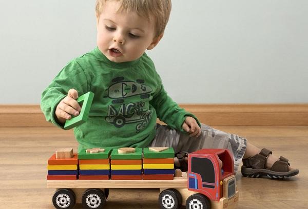 мальчик играет машиной