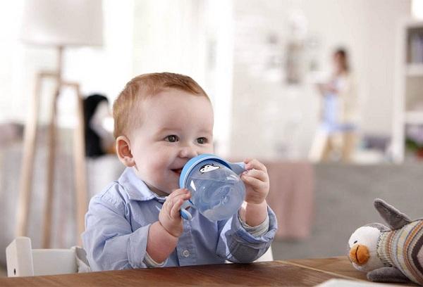 мальчик пьет воду с поильника