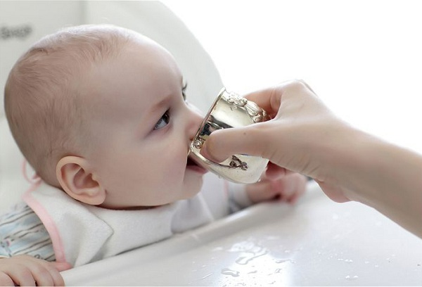 мальчик пьет из чашки