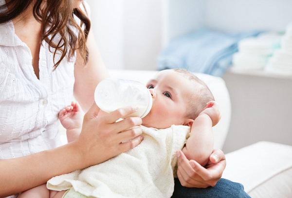 грудной малыш ест с бутылочки