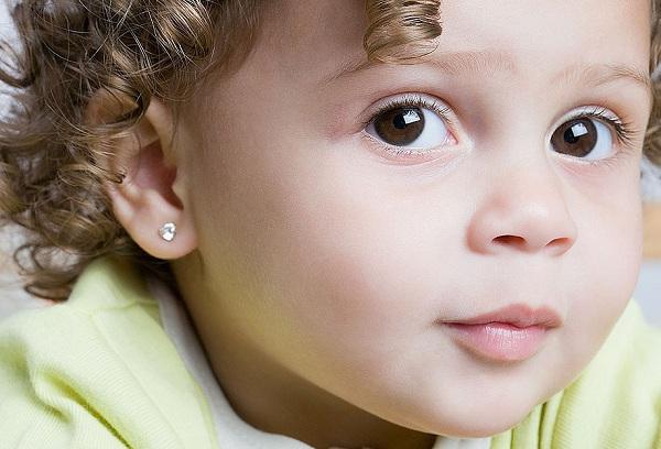 маленькая девочка с сережками в ушах