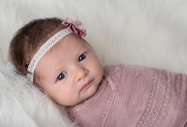 новорожденная девочка с синими глазами