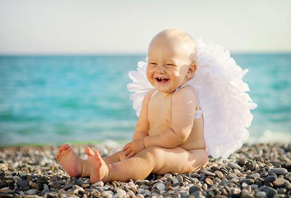 Малыш сидит на пляже
