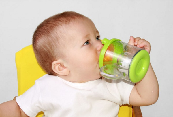 ребенок пьет воду
