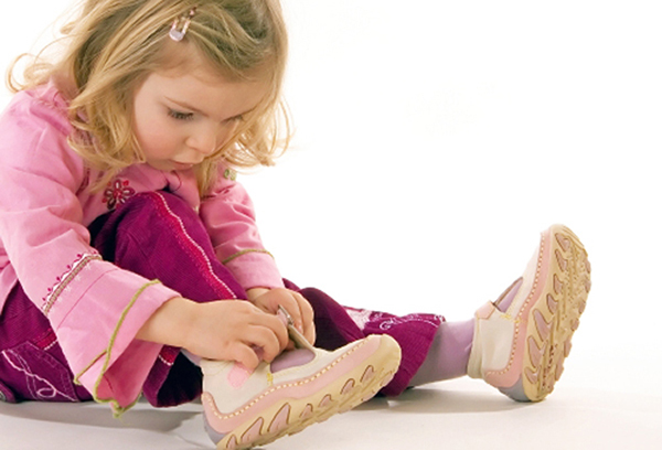 Девочка надевает обувь