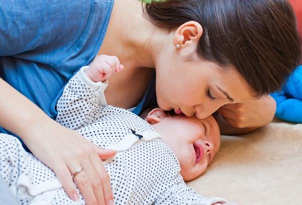 мама успокаивает грудного ребенка