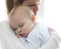 малыш на руках у мамы