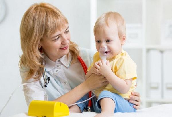 врач делает ингаляцию ребенку