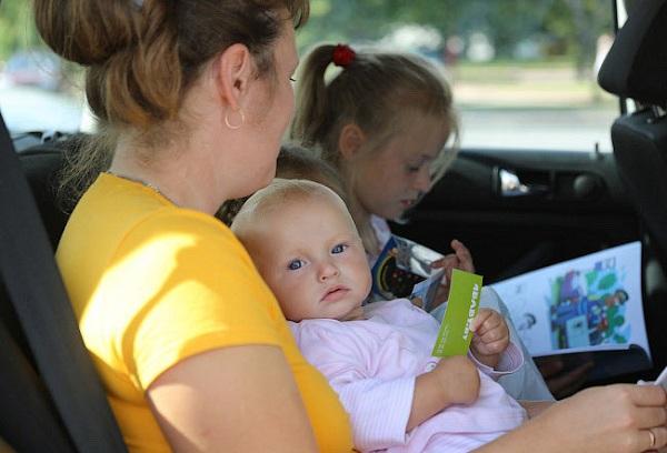 женщина с детьми в машине