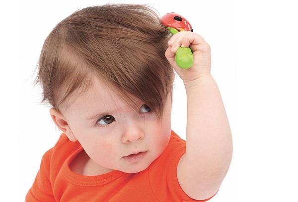 ребенок расчесывает волосы