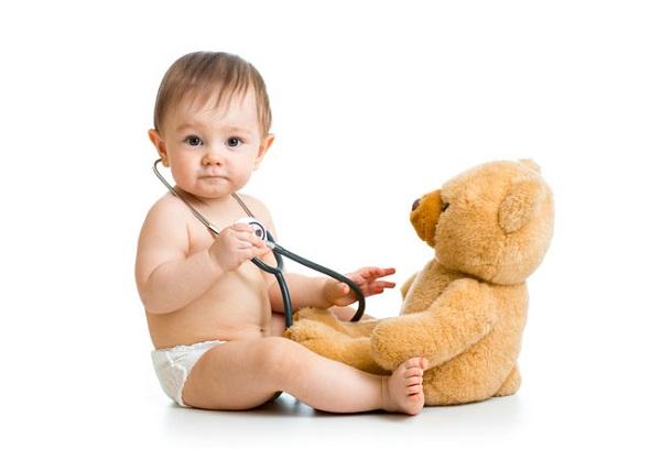 малыш с плюшевой мишкой и фонендоскопом