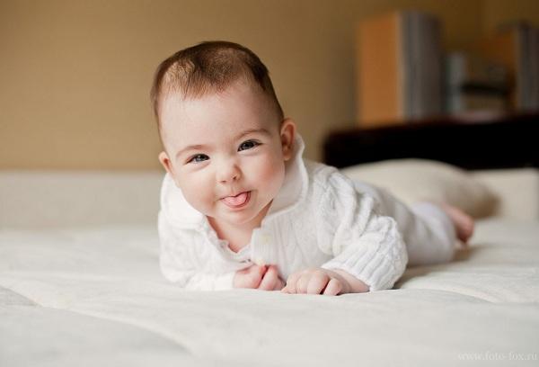 новорожденный на кровати
