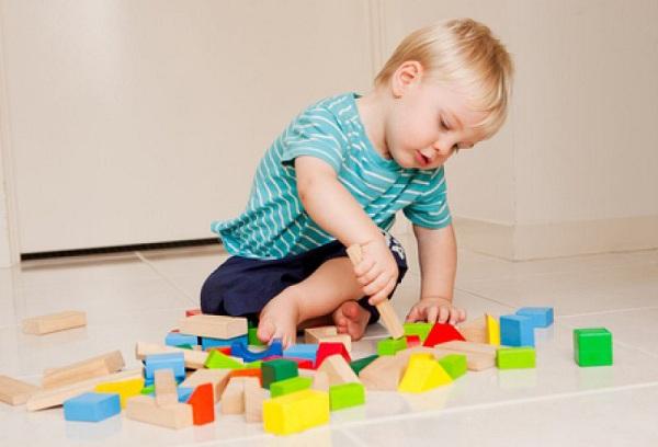 мальчик играет кубиками