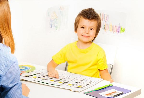 мальчик учит иностранный язык