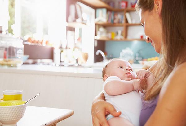 Кормящая мама с малышом