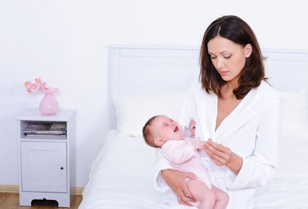 женщина с новорожденным ребенком на руках