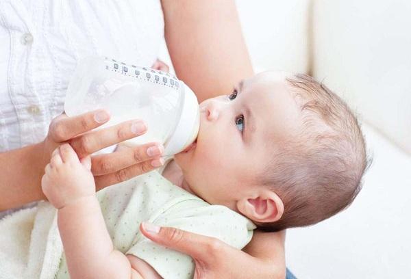 ребенок ест с бутылочки
