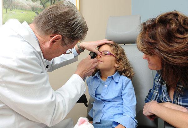 Ребенок у ЛОР врача