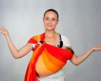 девушка с ребенком в ораньжевом слинге