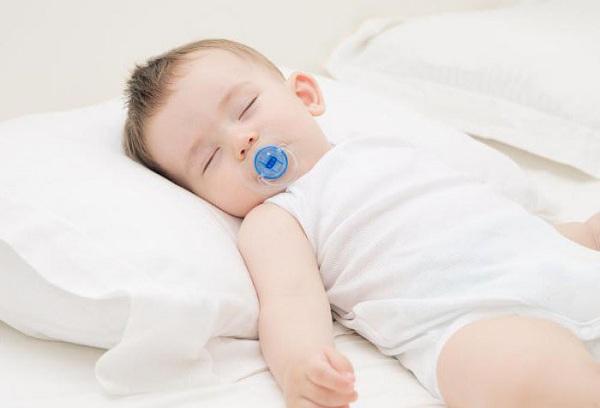 спящий ребенок с соской во рту
