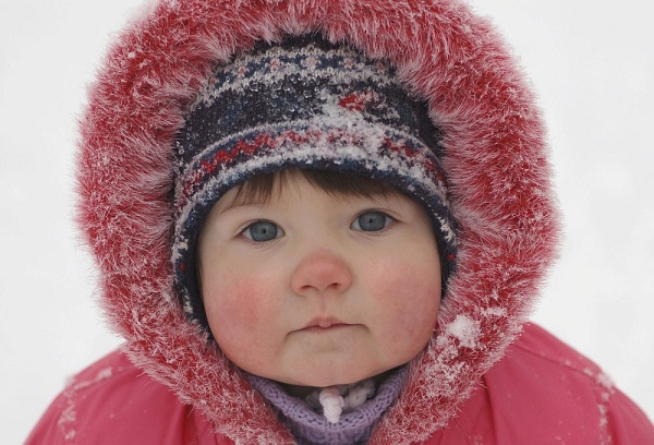 годовалый ребенок на прогулке зимой