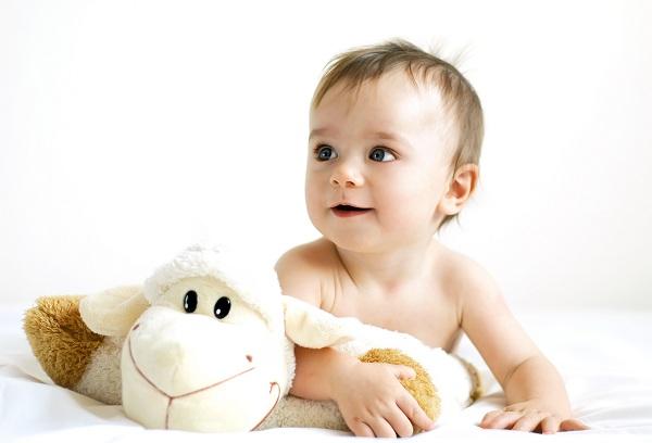 ребенок играет с мягкой игрушкой