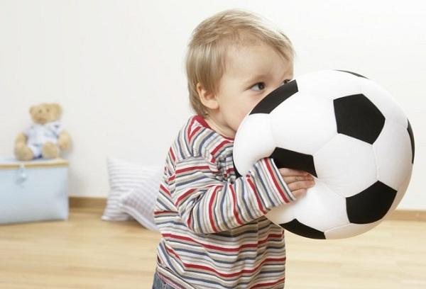 мальчик играет с мячом