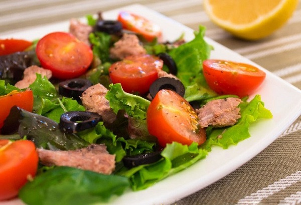 Салат из отварной рыбы с томатами