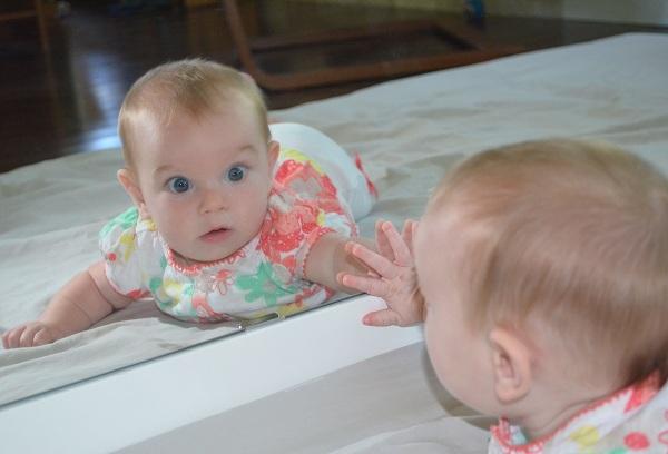 ребенок смотрит в зеркало