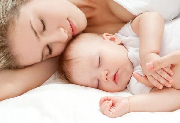 спящие мама с ребенком