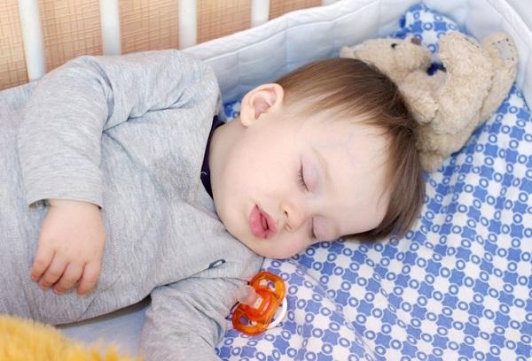 спящий годовалый мальчик