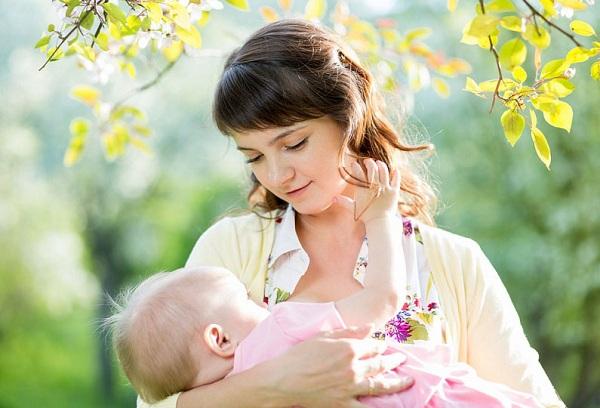мама с новорожденным малышом