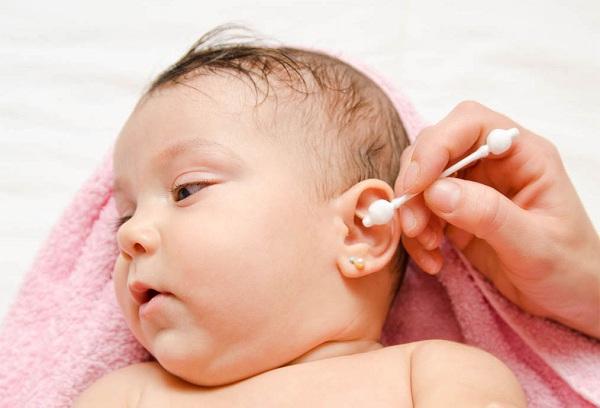 чистка ушей новорожденного