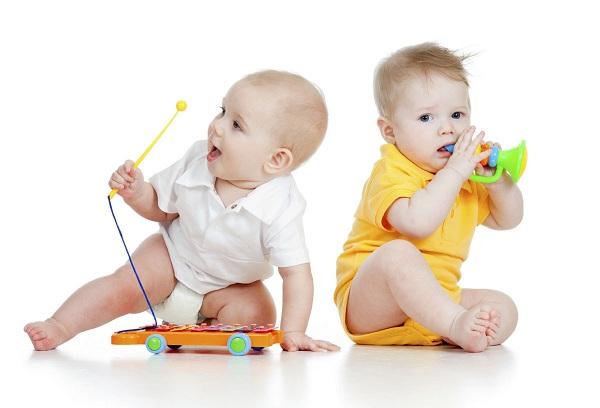 дети с погремушками