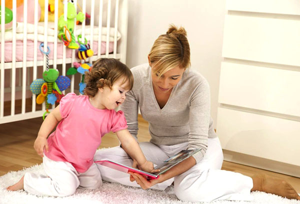 Девочка учится читать
