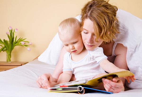 Мама с ребенком читают книжку
