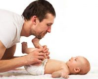 Папа делает массаж новорожденному