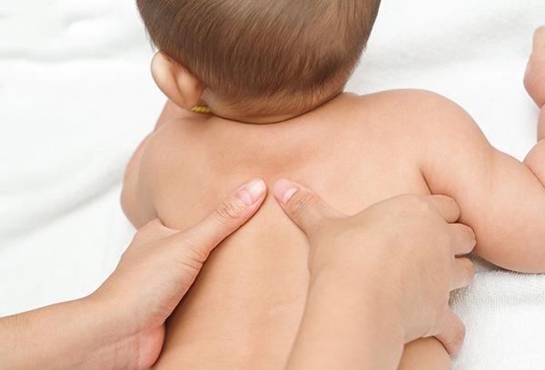 Мама делает массаж малышу