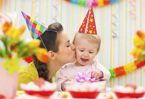 Мама поздравляет малышку с днем рождения