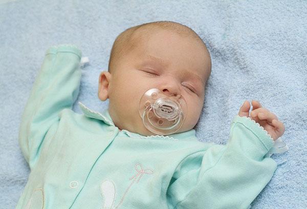 Спящий младенец 4 месяцев